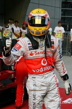 Ganador de la pole position Lewis Hamilton celebra