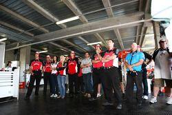 Eric Banner regarde l'ensemble de l'équipe Jim Beam Racing