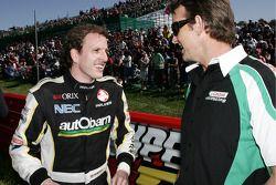 Paul Dumbrell discute avec Adam Gilchrist (Autobarn Racing Team Commodore VE)