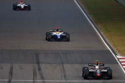 Kamui Kobayashi devant Roldan Rodriguez et Sakon Yamamoto dans les premiers tours de la course