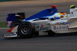 Sergio Perez tourne alors qu'il est dépassé par Roldan Rodriguez