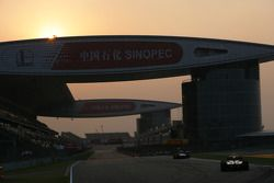 Le soleil se couche durant les dernières étapes de la course