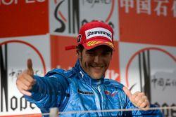 Roldan Rodriguez célèbre sa victoire sur le podium