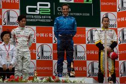 Roldan Rodriguez célèbre sa victoire sur le podium avec Kamui Kobayashi et Sakon Yamamoto