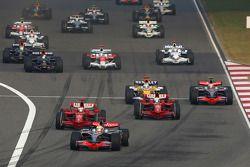 Lewis Hamilton, McLaren Mercedes lidera al inicio de la carrera