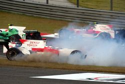 Jarno Trulli, Toyota Racing, TF108 se estrella en el inicio de la carrera