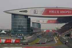 Льюис Хэмилтон, McLaren Mercedes едет впереди пелетона