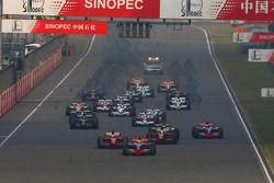 Льюис Хэмилтон, McLaren Mercedes, MP4-23 лидирует на старте гонки