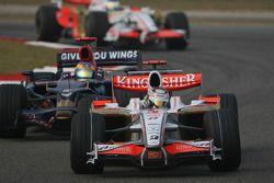 Adrian Sutil, Force India F1 Team, VJM-01 lidera a Sébastien Bourdais, Scuderia Toro Rosso, STR02