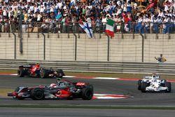 Heikki Kovalainen, McLaren Mercedes, MP4-23 lidera a Nick Heidfeld, BMW Sauber F1 Team, F1.08