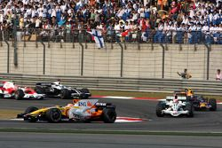 Nelson A. Piquet, Renault F1 Team, R28 devantRubens Barrichello, Honda Racing F1 Team, RA108