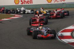 Lewis Hamilton, McLaren Mercedes, MP4-23 lidera al inicio de la carrera