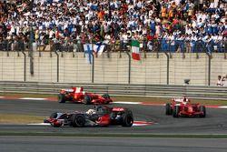 Lewis Hamilton, McLaren Mercedes, MP4-23 lidera a Kimi Raikkonen, Scuderia Ferrari, F2008