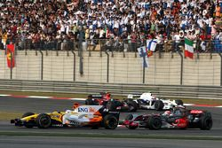 Fernando Alonso, Renault F1 Team, R28 lidera a Heikki Kovalainen, McLaren Mercedes, MP4-23