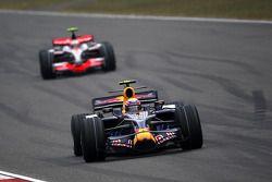 Mark Webber, Red Bull Racing lidera a Heikki Kovalainen, McLaren Mercedes