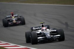 Kazuki Nakajima, Williams F1 Team, FW30 lidera a Sébastien Bourdais, Scuderia Toro Rosso, STR03