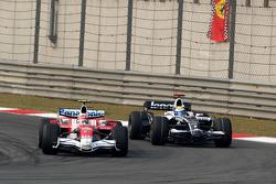 Timo Glock, Toyota F1 Team, TF108 ve Nico Rosberg, WilliamsF1 Team
