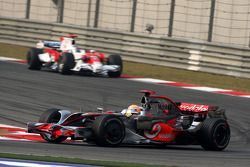 Lewis Hamilton, McLaren Mercedes, MP4-23 lidera a Jarno Trulli, Toyota Racing, TF108