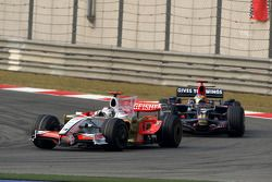 Adrian Sutil, Force India F1 Team lidera a Sébastien Bourdais, Scuderia Toro Rosso