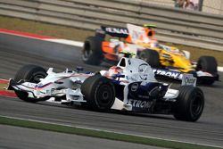 Robert Kubica, BMW Sauber F1 Team, F1.08 lidera a Nelson A. Piquet, Renault F1 Team, R28