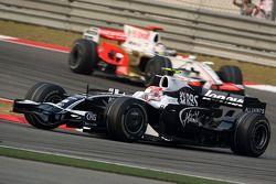 Kazuki Nakajima, Williams F1 Team lidera a Adrian Sutil, Force India F1 Team