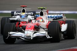 Timo Glock, Toyota F1 Team, TF108 ve Nico Rosberg, WilliamsF1 Team, FW30