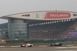 Timo Glock, Toyota F1 Team, TF108 lidera a Nico Rosberg, Williams F1 Team, FW30