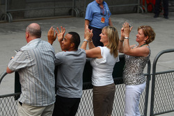 Familia de Lewis Hamilton celebra