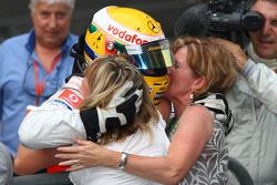 Ganador de la carrera Lewis Hamilton celebra con su madre