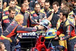 Scuderia Toro Rosso equipo, miembros de la tripulación con los cascos de Sebastian Vettel y Sébastie