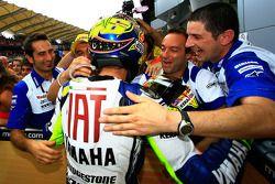 Победитель гонки - Валентино Росси празднует с членами команды Fiat Yamaha Team