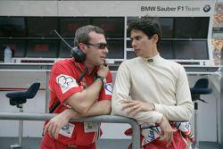 Alex Yoong discute avec son ingénieur