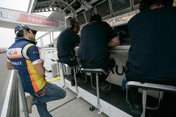 Nelson A, Piquet regarde la course depuis les stands