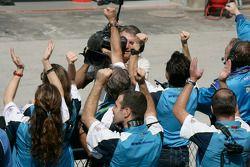 L'équipe Durango célèbre la victoire de Davide Valsecchi