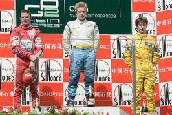 Davide Valsecchi célèbre sa victoire sur le podium avec Earl Bamber et Javier Villa