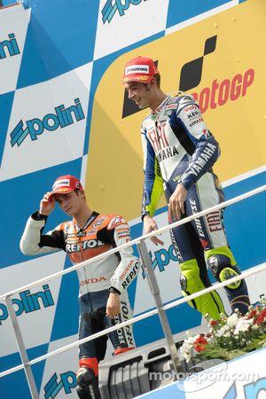 Podio: ganador de la carrera Valentino Rossi, segundo lugar Dani Pedrosa