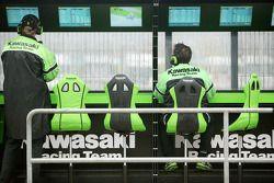 Пит-уолл команды Kawasaki
