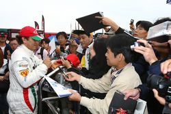 Alex Zanardi, BMW Team Italy-Spain, BMW 320si en train de signer des autographes