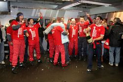 Championship celebration party in the Audi Sport Team pitbox: Hans-Jürgen Abt sprays champagne