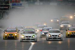 Augusto Farfus, BMW Team Germany, BMW 320si en tête au début de la course