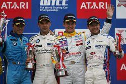 1ère place Rickard Rydell, SEAT Sport, SEAT Leon TDI avec la 2ème place Jorg Muller, BMW Team Germany, BMW 320si et la 3ème place Andy Priaulx, BMW Team UK, BMW 320si WTCC