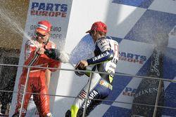 Подиум: Кейси Стоунер и Валентино Росси брызгают шампанским