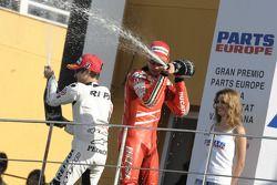 Подиум: Кейси Стоунер и Дани Педроса брызгают шампанским