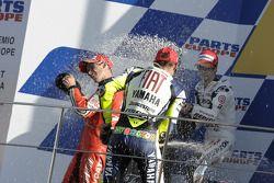Подиум: Кейси Стоунер, Дани Педроса и Валентино Росси брызгают шампанским