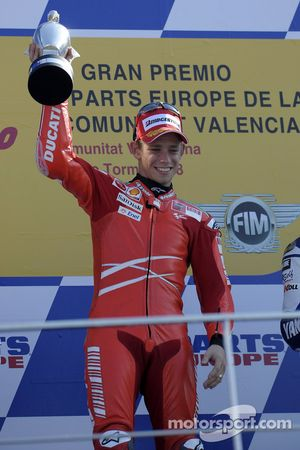 Подиум: победитель гонки - Кейси Стоунер