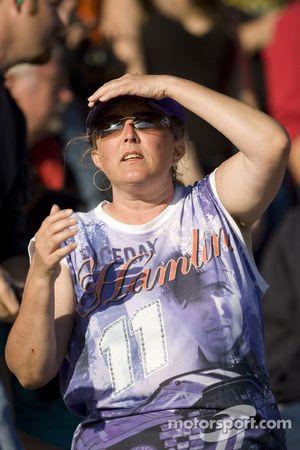 Un fan de denny Hamlin regarde pendant que celui-ci se fait doubler par Carl Edwards pour passer en