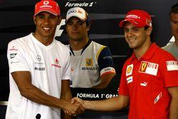 Пресс-конференция FIA: Льюис Хэмилтон, McLaren Mercedes и Фелипе Масса, Scuderia Ferrari пожимают ру