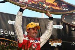 Podium: Jamie Whincup remporte les trois courses de la Gold Coast