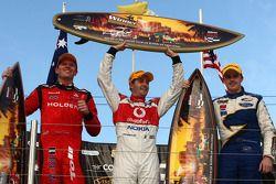Podium: Jamie Whincup remporte la victoire avec Garth Tander deuxième et Mark Winterbottom troisième