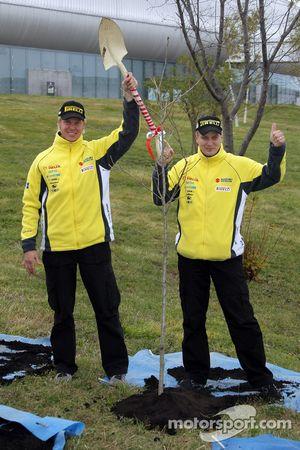 Toni Gardemeister et Per-Gunnar Andersson aident les organisateurs du Rally Japan de 2008, en plantant des arbres pour commémorer le début du rally à l'extérieur du Sapporo Dome
